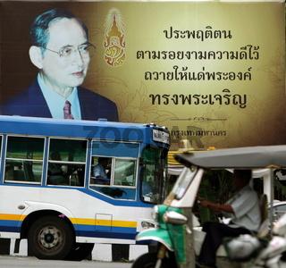 Ein Plakat des Thailaendischen Koenig Bhumibol im Zentrum von Bangkok der Hauptstadt von Thailand in Suedostasien.
