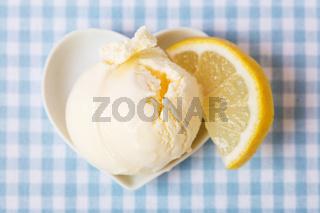 Kugel Zitroneneis mit Zitrone
