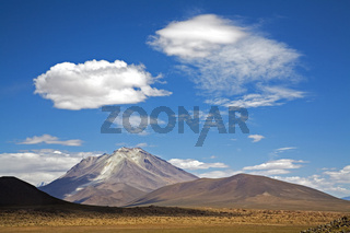 Der aktive Vulkan Ollague, Altiplano, Bolivien, Suedamerika, The active volcano Ollague, Altiplano, Bolivia, South America