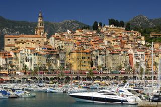Jachthafen von Menton vor der Altstadt, Frankreich