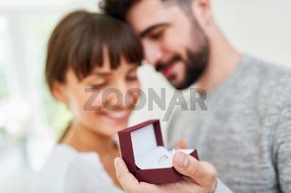 Mann mit Ringen macht Frau einen Heiratsantrag