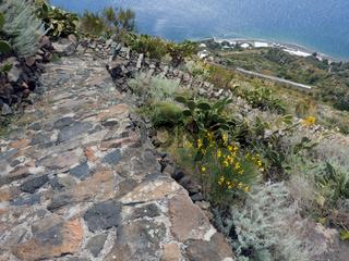Steile Steintreppen auf Alicudi, Liparische Inseln, Italien