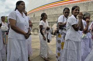 Gebet, Wai-Geste, Puja, Ruvanveli Seya Dagoba gelegt, Anuradhapura, Unesco Weltkulturerbe, Sri Lanka, Ceylon, Südasien, Asien