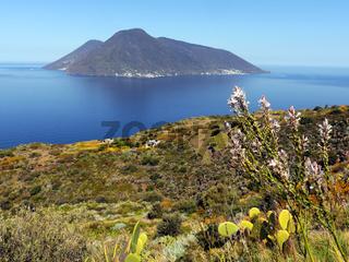 Blick von Lipari nach Salina, Liparische Inseln, Italien