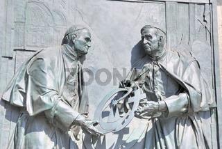 Papst Johannes Paul II. übergibt seinem Nachfolger Papst Benedikt XVI. das Weltjugendtagskreuz, Bronze-Relief des Düsseldorfer Künstlers Bert Gerresheim am Kölner Dom zur Erinnerung an den Weltjugendtag 2005, von Kardinal Joachim Meisner am 15. Mai 2009 e
