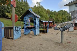 Graffiti auf Holzhäuschen, Spielplatz beim Mediapark, Köln, Nordrhein-Westfalen, Deutschland, Europa