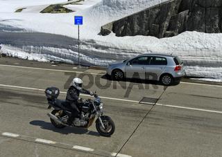 Strassenverkehr auf der Passhöhe, Gotthardpass, Airolo, Kanton Tessin, Schweiz