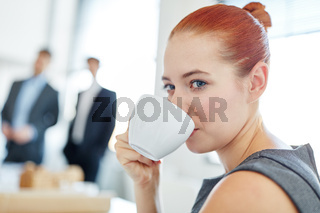 Geschäftsfrau trinkt Kaffee im Büro
