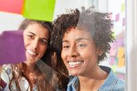 Zwei Frauen im multikulturellen Start-Up Team