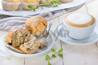 Stracciatella-Banane-Muffins mit Cappuccino