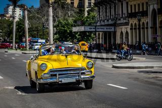 Amerikanischer gelber Cabriolet Oldtimer in der Altstadt von Havanna Kuba