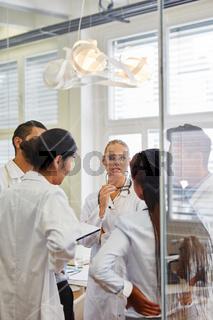 Ärzte Team beim Brainstorming