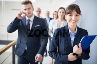 Lächelnde junge Frau als Trainee oder Azubi
