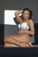 attraktive Frau sitzt auf einer couch