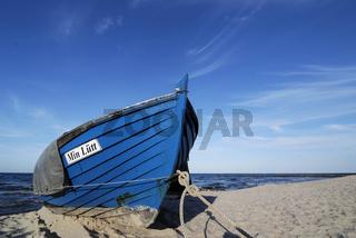 blaues Fischerboot am Strand