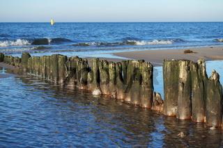 Alte Wellenbrecher an der Ostsee