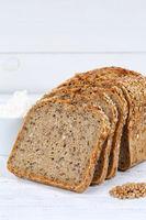 Brot Mehrkornbrot Vollkornbrot Kornbrot geschnitten Scheibe Hochformat auf Holzplatte