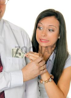 Frau zieht einem Mann Geld aus der Tasche.Dollar