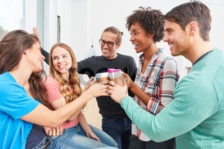 Bürogemeinschaft feiert den Teamgeist im Start-Up