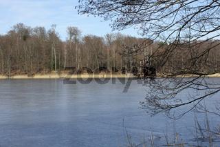 Der zugefrorene Liepnitzsee bei Berlin