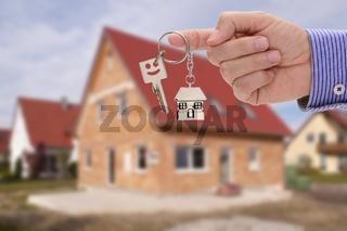 Hausschlüssel als Angebot für neues Haus