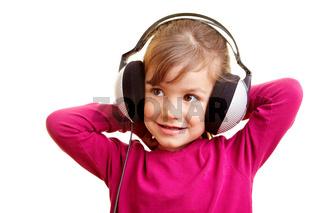 Lachendes Mädchen hört Musik