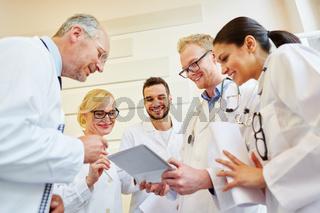 Ärzteteam mit Tablet Computer