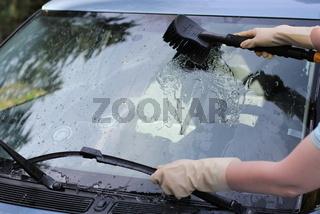 Autoscheiben waschen