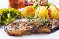 Gegrilltes Steak mit Gemüse und Wein