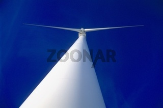 Ansicht von unten eines Windkraftwerkes in der Laussa, Oberösterreich