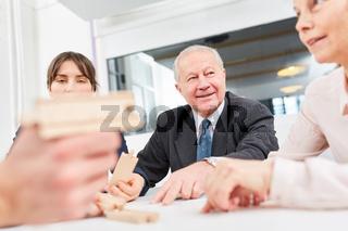 Geschäftsleute arbeiten zusammen im Seminar