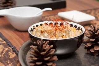 Schale mit Mungobohnenkeimling-Salat