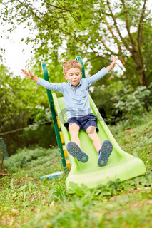 Junge hat Spaß auf dem Spielplatz