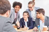 Business Frau mit Kollegen in einer Verhandlung