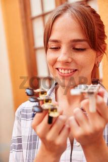 Gitarrenbauer Lehrling mit Ersatzteilen
