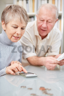 Rentner Paar berechnet Ausgaben