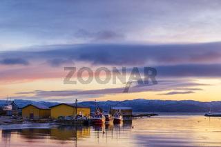 Norwegen, Varangerfjord, Hafen in Annijoki bei Sonnenuntergang