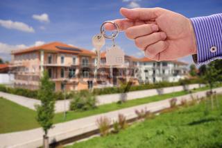 Hausschlüssel als Angebot für neue Wohnung