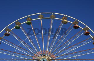 Leere Gondeln an einem Riesenrad