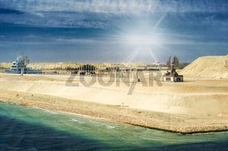 Abschnitt des im August 2015 eröffneten Erweiterungskanals des Suezkanals mit Suezkanal-Denkmal, Behördengebäude in Form eines Schiffes und al-Sisi-Denkmal