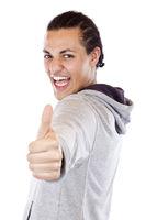 Enthusiastischer dunkelhäutiger Jugendlicher hält Daumen nach oben.Freigestellt auf weissem Hintergrund.