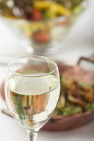 Weißwein und Spinatspätzle mit Salat