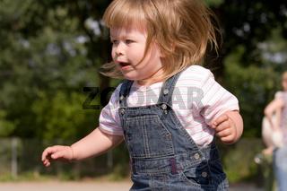 Zweijähriges blondes Mädchen