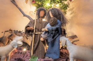 Adam und Eva zu Weihnachten als Stoffpuppen mit Stofftieren und Christbaum