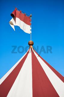 Rot-weiß gestreiftes Zelt