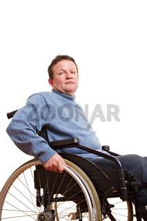 Älterer Mann sitzt im Rollstuhl