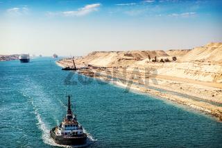 Der Suezkanal - eine Schiffskolonne durchfährt den neuen, östlichen Erweiterungskanal
