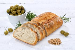 Ciabatta Brot mit Oliven Lebensmittel auf Holzplatte