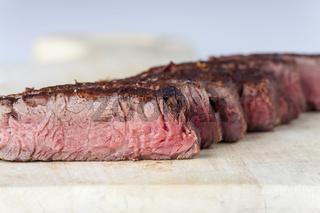 Reihe von Steakscheiben auf Holz