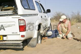 Im Tiefsand festgefahren mit einem defekten Allradantrieb auf dem Weg in die Zentralkalahari, Botswana, Afrika, Broken 4x4 in deep Sand to the Centralkalahari, Botswana, Africa